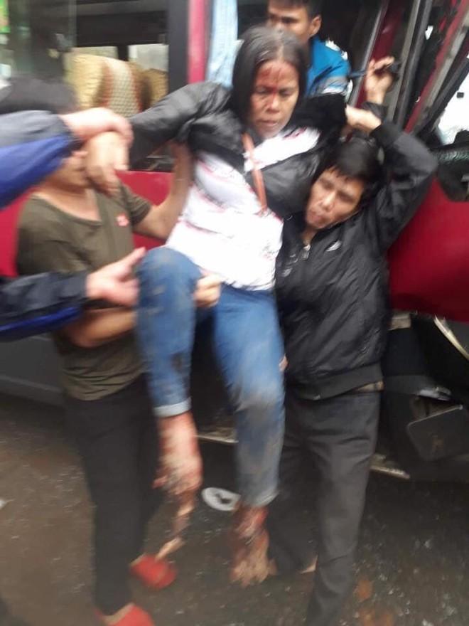 Xe khách đối đầu xe tải, người dân đạp cửa cứu các hành khách đang hoảng loạn ra ngoài - Ảnh 4.