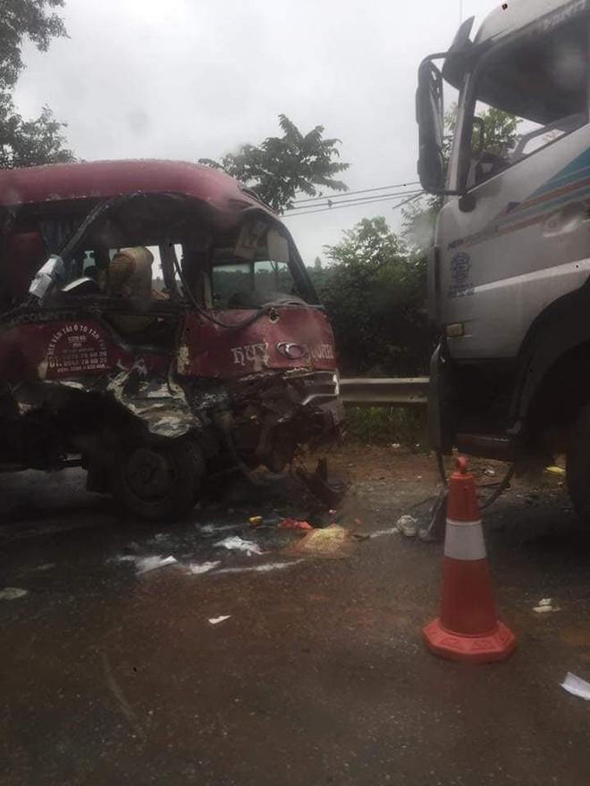 Xe khách đối đầu xe tải, người dân đạp cửa cứu các hành khách đang hoảng loạn ra ngoài - Ảnh 6.
