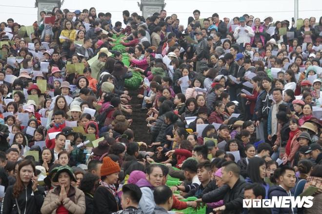 Ảnh: 15.000 người tham gia thả 10 tấn cá xuống sông Hồng trong lễ phóng sinh lớn nhất Hà Nội - Ảnh 2.