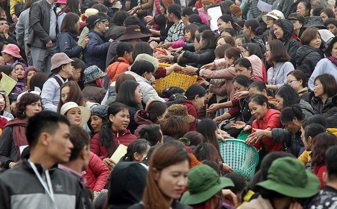 Hàng nghìn người chuyền tay nhau phóng sinh hơn 10 tấn cá ở Sông Hồng