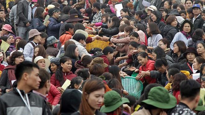Hàng nghìn người chuyền tay nhau phóng sinh hơn 10 tấn cá ở Sông Hồng - Ảnh 1.