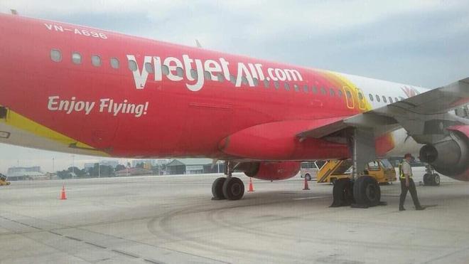 Máy bay Vietjet bục lốp khi hạ cánh xuống sân bay Tân Sơn Nhất - Ảnh 1.