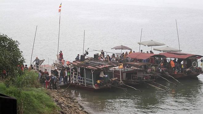 Hàng nghìn người chuyền tay nhau phóng sinh hơn 10 tấn cá ở Sông Hồng - Ảnh 13.