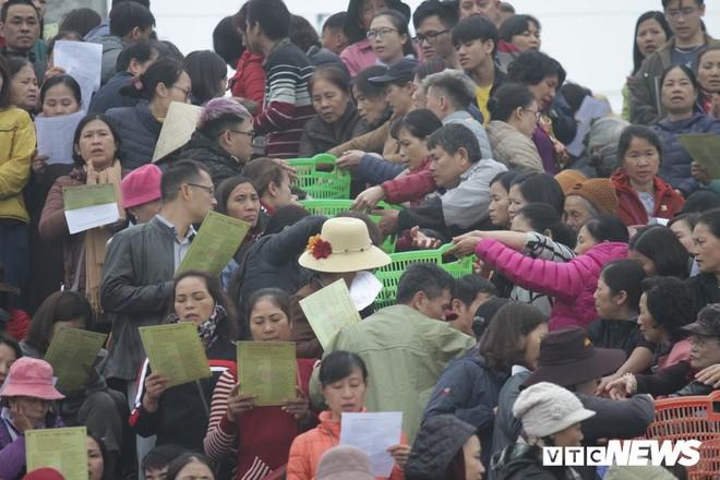 Ảnh: 15.000 người tham gia thả 10 tấn cá xuống sông Hồng trong lễ phóng sinh lớn nhất Hà Nội - Ảnh 3.