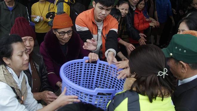 Hàng nghìn người chuyền tay nhau phóng sinh hơn 10 tấn cá ở Sông Hồng - Ảnh 7.