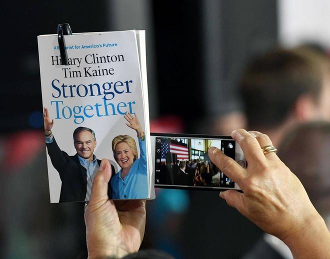 """Tổng thống Trump """"nhái"""" khẩu hiệu tranh cử của bà Hillary Clinton - Ảnh 2."""