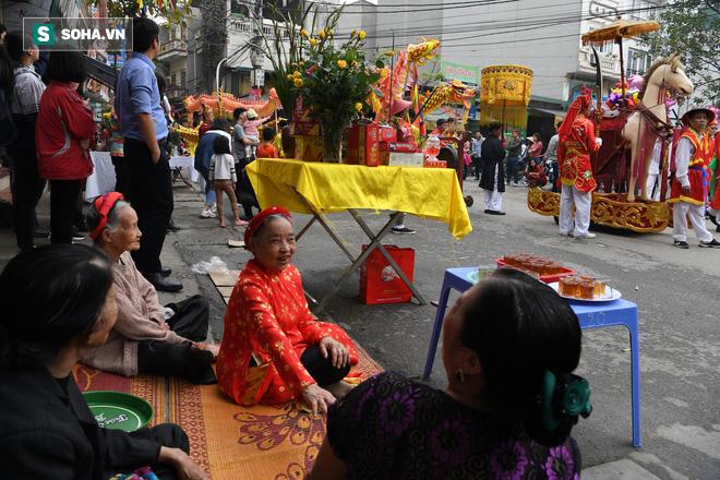 Thanh niên Triều Khúc tô son điểm phấn, mặc váy áo đánh Bồng con đĩ ở lễ hội của làng - Ảnh 3.