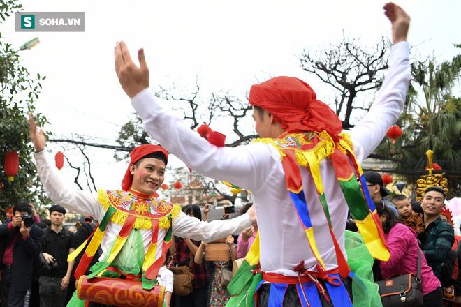 Thanh niên Triều Khúc tô son điểm phấn, mặc váy áo đánh Bồng con đĩ ở lễ hội của làng - Ảnh 9.