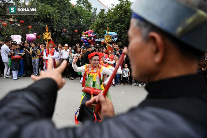 Thanh niên Triều Khúc tô son điểm phấn, mặc váy áo đánh Bồng con đĩ ở lễ hội của làng - Ảnh 10.