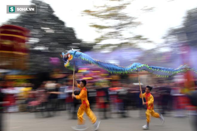 Thanh niên Triều Khúc tô son điểm phấn, mặc váy áo đánh Bồng con đĩ ở lễ hội của làng - Ảnh 2.