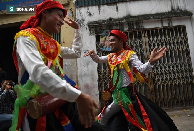 Thanh niên Triều Khúc tô son điểm phấn, mặc váy áo đánh Bồng con đĩ ở lễ hội của làng - Ảnh 11.