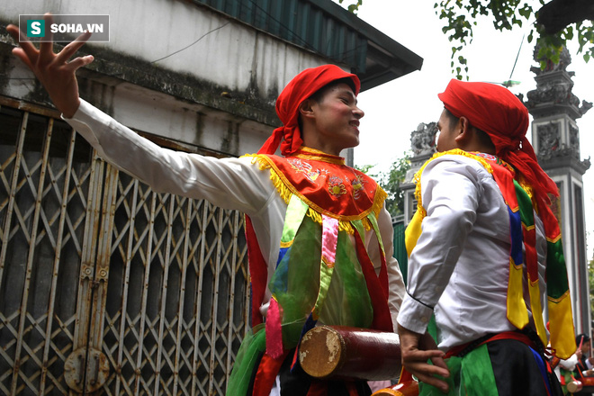 Thanh niên Triều Khúc tô son điểm phấn, mặc váy áo đánh Bồng con đĩ ở lễ hội của làng - Ảnh 12.