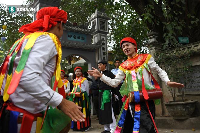 Thanh niên Triều Khúc tô son điểm phấn, mặc váy áo đánh Bồng con đĩ ở lễ hội của làng - Ảnh 13.