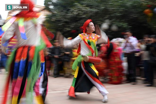 Thanh niên Triều Khúc tô son điểm phấn, mặc váy áo đánh Bồng con đĩ ở lễ hội của làng - Ảnh 14.