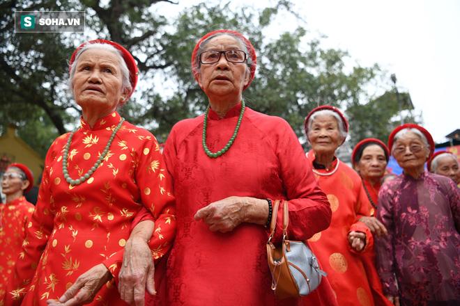 Thanh niên Triều Khúc tô son điểm phấn, mặc váy áo đánh Bồng con đĩ ở lễ hội của làng - Ảnh 15.