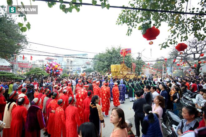Thanh niên Triều Khúc tô son điểm phấn, mặc váy áo đánh Bồng con đĩ ở lễ hội của làng - Ảnh 4.