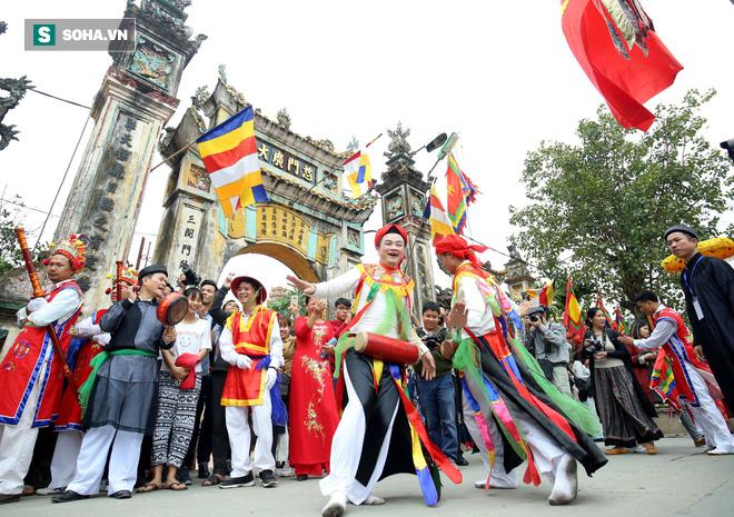 Thanh niên Triều Khúc tô son điểm phấn, mặc váy áo đánh Bồng con đĩ ở lễ hội của làng - Ảnh 8.