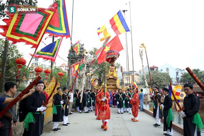 Thanh niên Triều Khúc tô son điểm phấn, mặc váy áo đánh Bồng con đĩ ở lễ hội của làng - Ảnh 1.