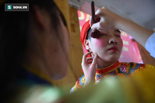 Thanh niên Triều Khúc tô son điểm phấn, mặc váy áo đánh Bồng con đĩ ở lễ hội của làng - Ảnh 7.