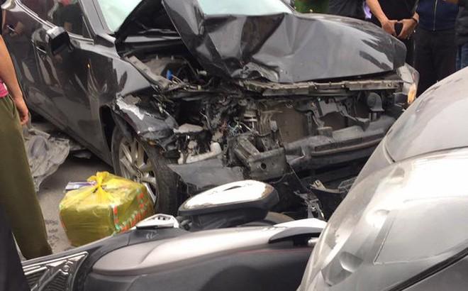 Tai nạn liên hoàn ở Ngã Tư Sở, đầu xe Mazda nát bét - hình ảnh hiện trường liên tục chia sẻ