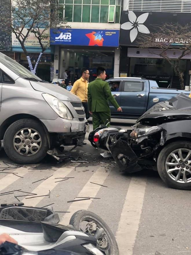 Tai nạn liên hoàn ở Ngã Tư Sở, đầu xe Mazda nát bét - hình ảnh hiện trường liên tục chia sẻ - Ảnh 3.