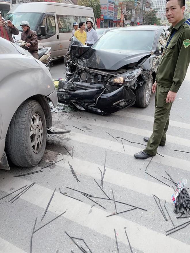 Tai nạn liên hoàn ở Ngã Tư Sở, đầu xe Mazda nát bét - hình ảnh hiện trường liên tục chia sẻ - Ảnh 4.