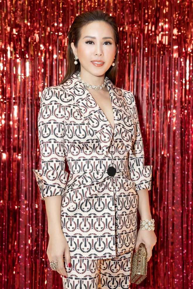 Hoa hậu Thu Hoài diện mốt xẻ sâu quyến rũ - Ảnh 3.