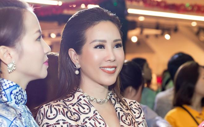 Hoa hậu Thu Hoài diện mốt xẻ sâu quyến rũ