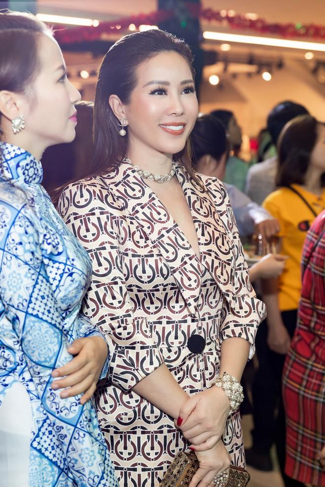 Hoa hậu Thu Hoài diện mốt xẻ sâu quyến rũ - Ảnh 2.