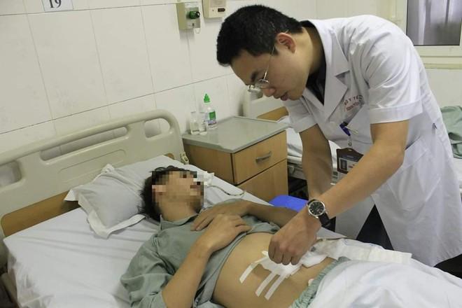 Nuốt xương cá dài 4cm, thanh niên bị thủng ruột non - Ảnh 2.