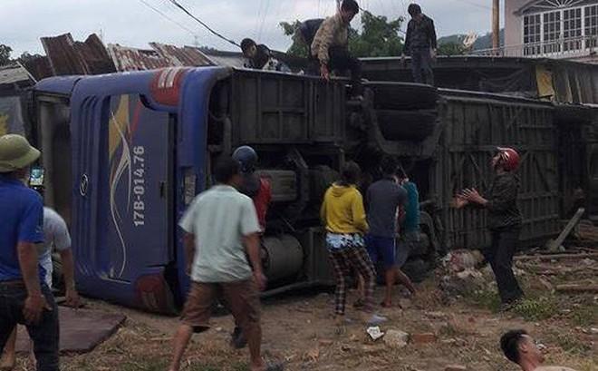 Xe khách Bắc Nam lao vào nhà dân, hàng chục người nhập viện
