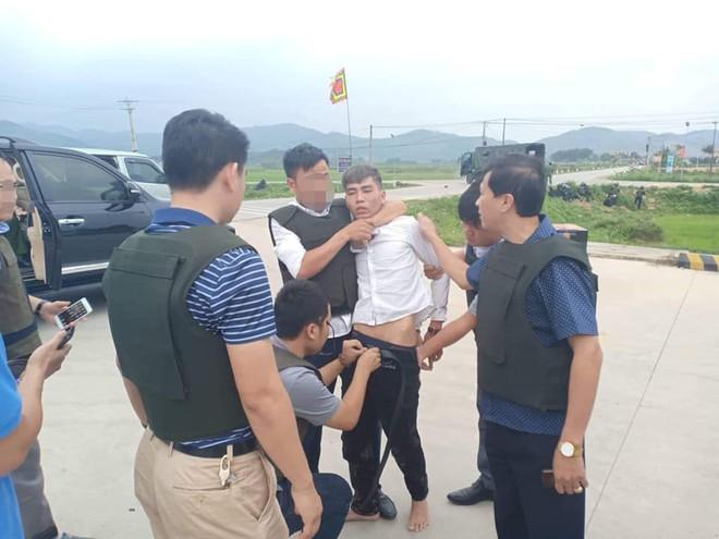 Cảnh sát vây bắt nhóm vận chuyển ma túy cố thủ: Đối tượng cuối vứt súng và lựu đạn đầu hàng - Ảnh 3.