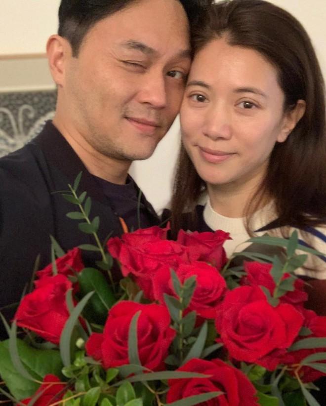 Cưới 18 năm vẫn ngọt ngào như thuở ban đầu, Trương Trí Lâm - Viên Vịnh Nghi khiến dân tình ghen tị vì quá mùi mẫn - Ảnh 2.