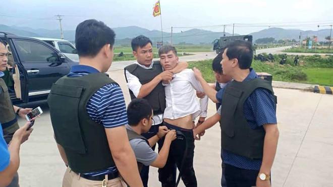 Vụ vây bắt nhóm cố thủ trên ôtô: Tìm thấy lựu đạn, súng ngắn - Ảnh 18.