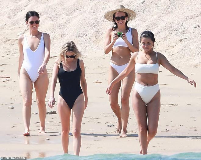 Lộ mỡ thừa khi mặc bikini, Selena Gomez vẫn được khen ngợi hết lời vì điều này - Ảnh 7.