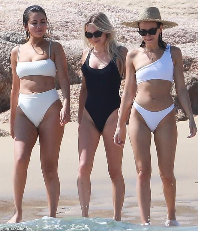 Lộ mỡ thừa khi mặc bikini, Selena Gomez vẫn được khen ngợi hết lời vì điều này - Ảnh 8.