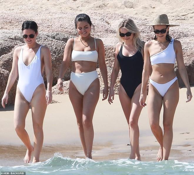 Lộ mỡ thừa khi mặc bikini, Selena Gomez vẫn được khen ngợi hết lời vì điều này - Ảnh 9.