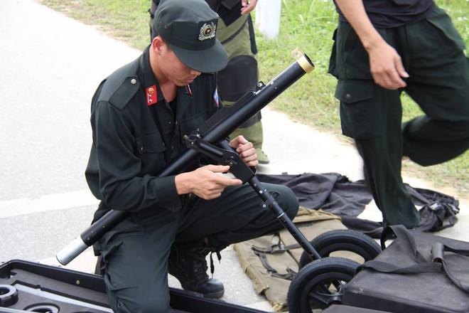 Vụ vây bắt nhóm cố thủ trên ôtô: Tìm thấy lựu đạn, súng ngắn - Ảnh 4.