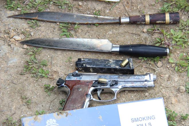 Vụ vây bắt nhóm cố thủ trên ôtô: Tìm thấy lựu đạn, súng ngắn - Ảnh 11.