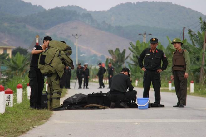 Vụ vây bắt nhóm cố thủ trên ôtô: Tìm thấy lựu đạn, súng ngắn - Ảnh 2.