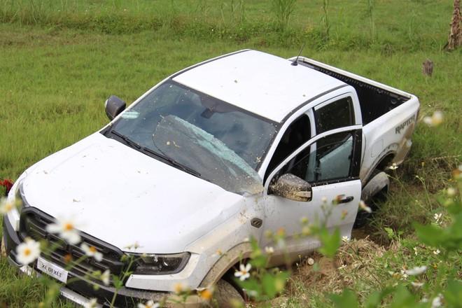 Vụ vây bắt nhóm cố thủ trên ôtô: Tìm thấy lựu đạn, súng ngắn - Ảnh 5.