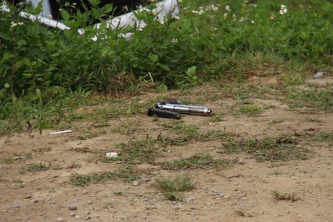 Vụ vây bắt nhóm cố thủ trên ôtô: Tìm thấy lựu đạn, súng ngắn - Ảnh 7.