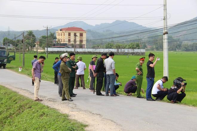 Vụ vây bắt nhóm cố thủ trên ôtô: Tìm thấy lựu đạn, súng ngắn - Ảnh 14.
