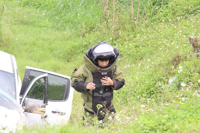 Vụ vây bắt nhóm cố thủ trên ôtô: Tìm thấy lựu đạn, súng ngắn - Ảnh 8.