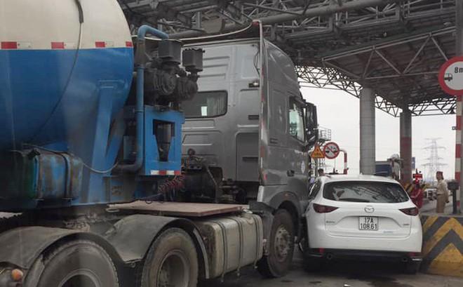 Xe bồn kẹt cứng ở trạm thu phí vì hành động vô ý thức của ô tô Mazda