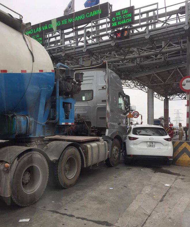 Xe bồn kẹt cứng ở trạm thu phí vì hành động vô ý thức của ô tô Mazda - Ảnh 2.