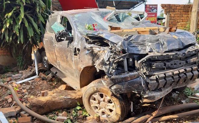 Xe ô tô tông sập quán cà phê, người dân phá cửa cứu tài xế