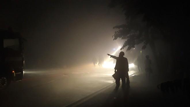 Cảnh sát trắng đêm căng mình dập lửa đám cháy lớn tại kho xưởng ở Sài Gòn - Ảnh 2.