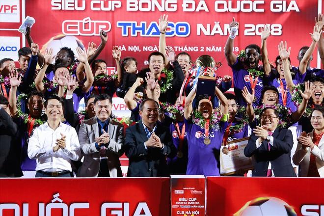 Bầu Hiển đeo huy chương cho vợ và con trai mừng danh hiệu Siêu Cúp QG - Ảnh 1.