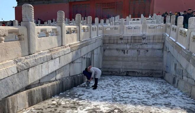 Bà mẹ Trung Quốc gây phẫn nộ khi bỏ qua 14 nhà vệ sinh, cho con tè bậy giữa Tử Cấm Thành - Ảnh 2.